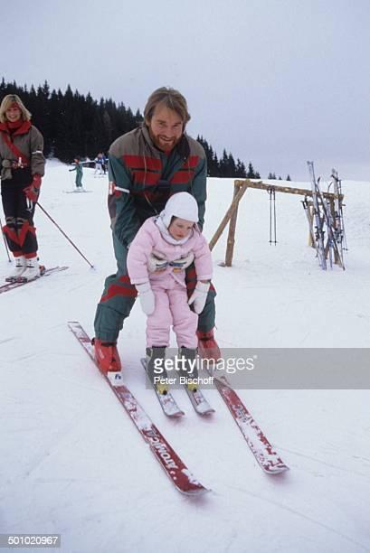 Fritz Wepper Tochter Sophie Wepper Angela Wepper 39126 Winterurlaub in Tirol Söll Österreich Schnee Berg Winteranzug Skianzug Skier Mütze Handschuhe...