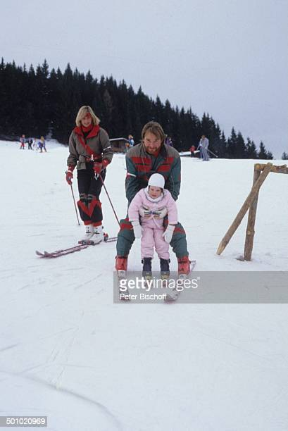 Fritz Wepper Tochter Sophie Wepper Angela Wepper Winterurlaub in Tirol Söll Österreich Schnee Berg Winteranzug Skianzug Skier Mütze Handschuhe...