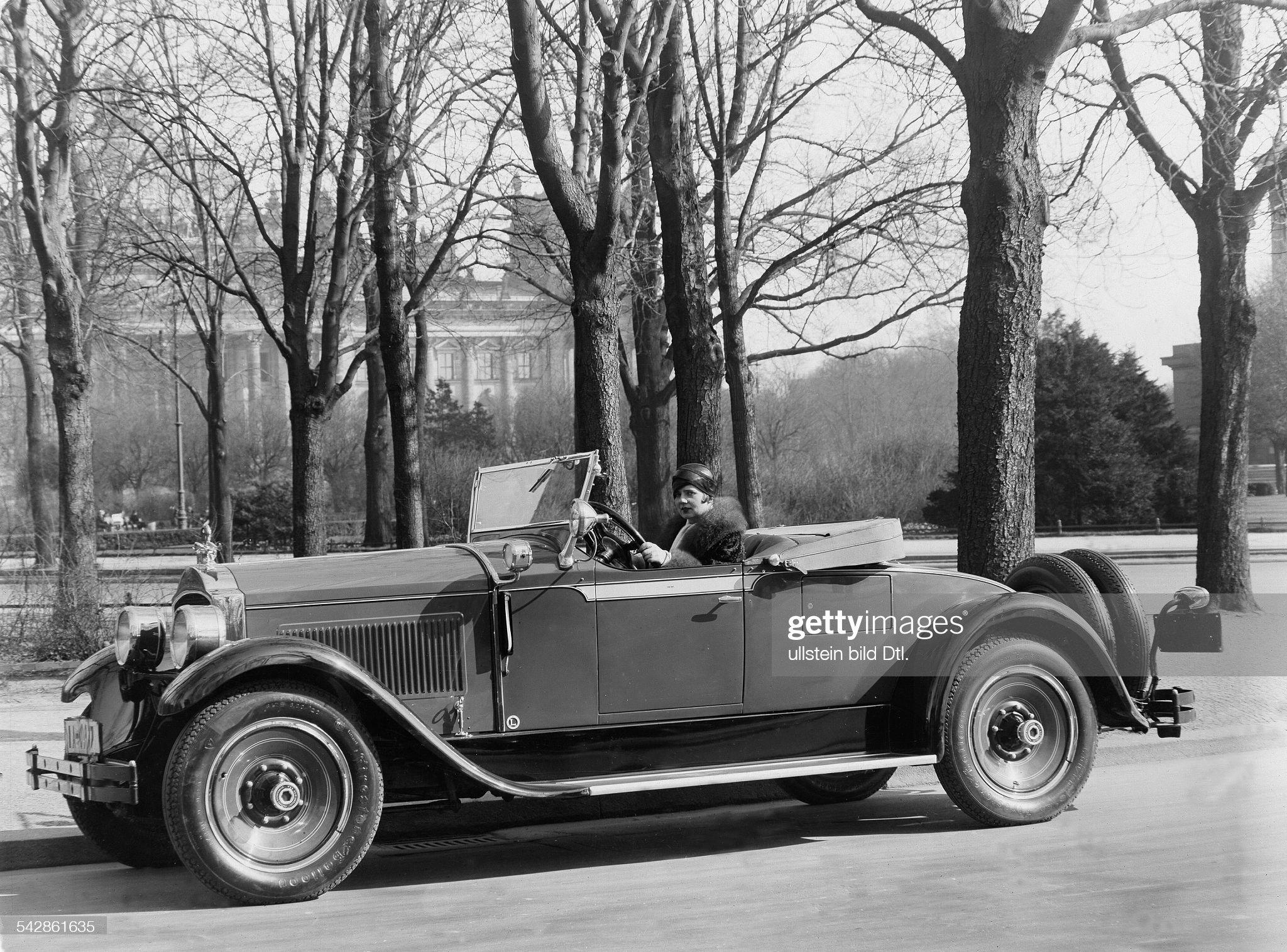 Frl. H. Weiss in ihrem Parkard Roadster (Zweisitzer) : News Photo