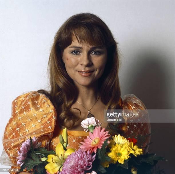 Froboess Cornelia * Saengerin Schauspielerin D Porträt mit einem Strauss Blumen 1982