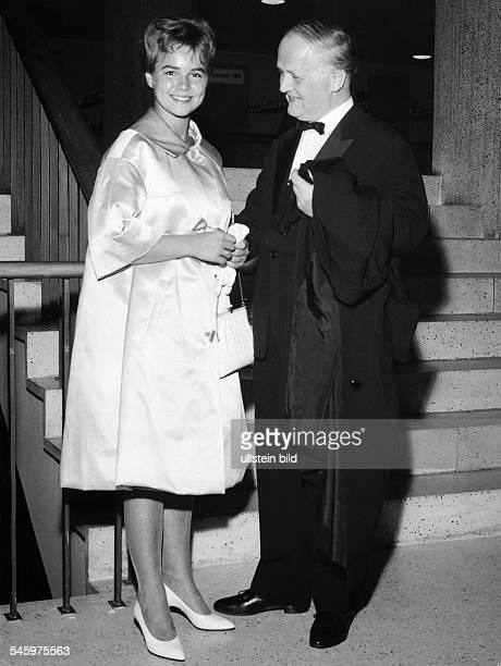 Froboess Cornelia *Saengerin Schauspielerin D mit ihrem Vater1960