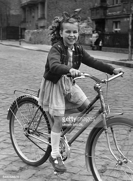 Froboess Cornelia *Saengerin Schauspielerin Dals Kind mit ihrem Fahrrad 1955
