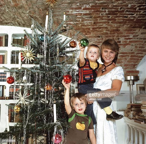 Froboess Cornelia *Saengerin Schauspielerin Dmit ihren Kindern Agnes und Kaspar neben einem geschmücktem Weihnachtsbaum 1972
