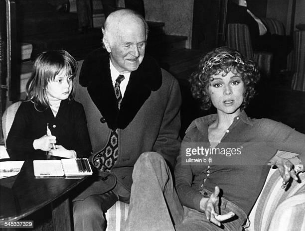 Froboess Cornelia *Saengerin Schauspielerin Dmit Vater und Tochter Agnes 1974