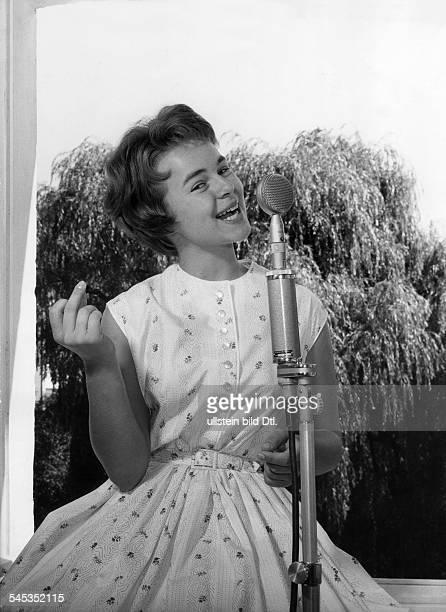 Froboess Cornelia *Saengerin Schauspielerin Dsingt in ein Mikrophon ohne Jahr