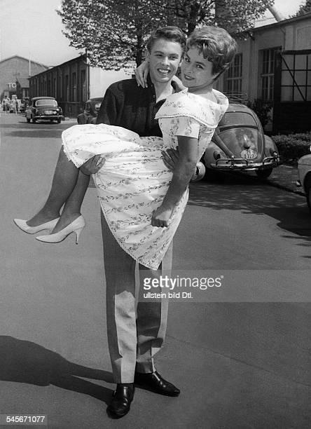 Froboess Cornelia *Saengerin Schauspielerin Dwird von Peter Kraus getragen Mai 1960