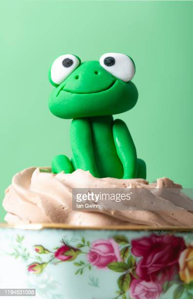frog cupcake - ian gwinn stock pictures, royalty-free photos & images