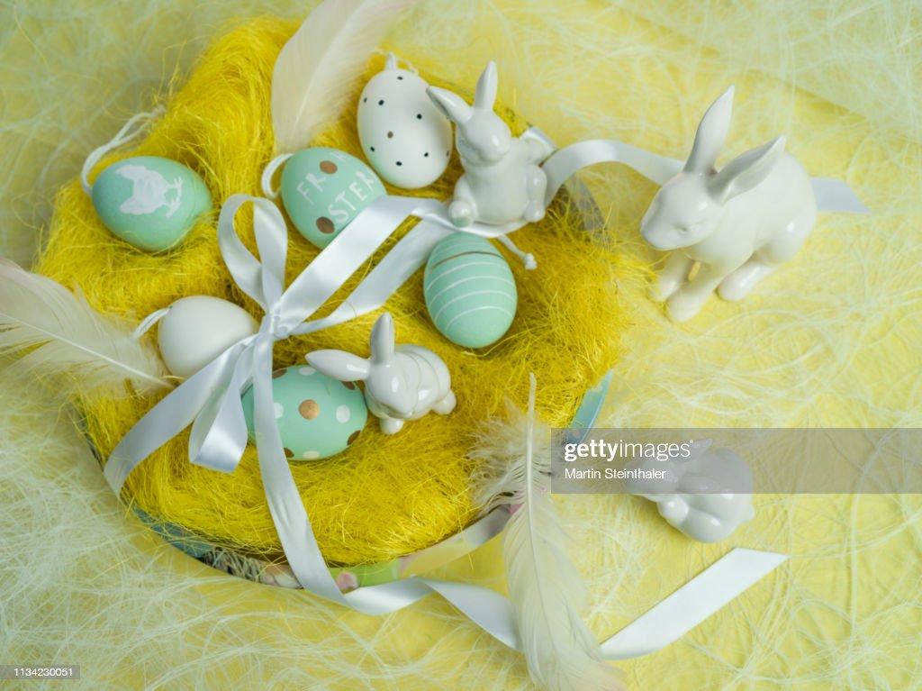Frohe Ostern - Hasen und Eier im Osternest : Stock Photo