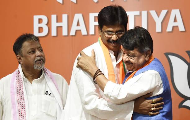 IND: TMC Bongaon MLA Biswajit Das, 12 TMC Councilors And Congress Spokesperson Join BJP