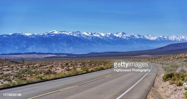 from death valley to the snow-capped sierras - highlywood - fotografias e filmes do acervo