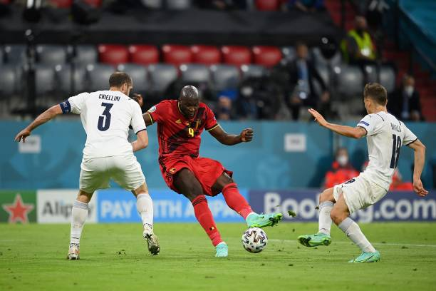 Italy's defender Giorgio Chiellini, Belgium's forward Romelu Lukaku and Italy's midfielder Nicolo Barella vie for the ball during the UEFA EURO 2020...
