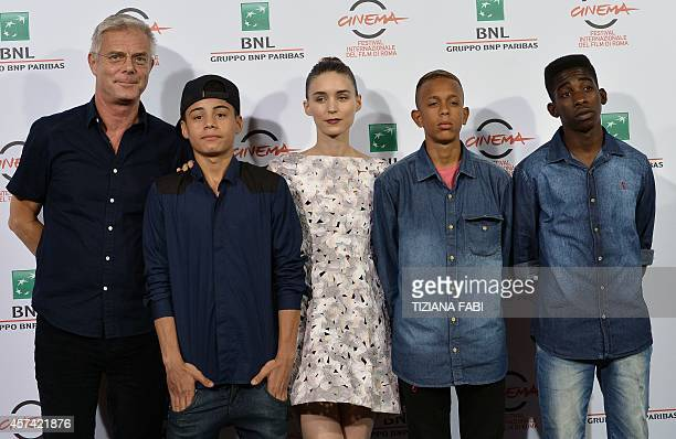 Director Stephen Daldry actors Rickson Tevez Rooney Mara Eduardo Luis and Gabriel Weinstein pose during the photocall of the movie Trash during the...