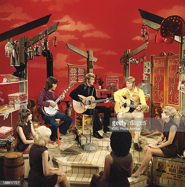 From left, Larry McNeely playing banjo, Jerry Reed and Glen Campbell performing on The Glen Campbell Goodtime Hour. Image dated 1971.