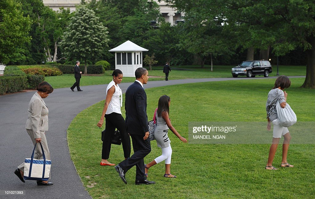 Marian Robinson, the mother of First Lady Michelle Obama (2nd L), US President Barack Obama (C), and his daughters Sasha (2nd R) and Malia (R) make their way to board Marine One May 27, 2010 on the South Lawn of the White House in Washington, DC. Obama and his family were heading to Chicago to spend the Memorial Day weekend. AFP PHOTO/Mandel NGAN