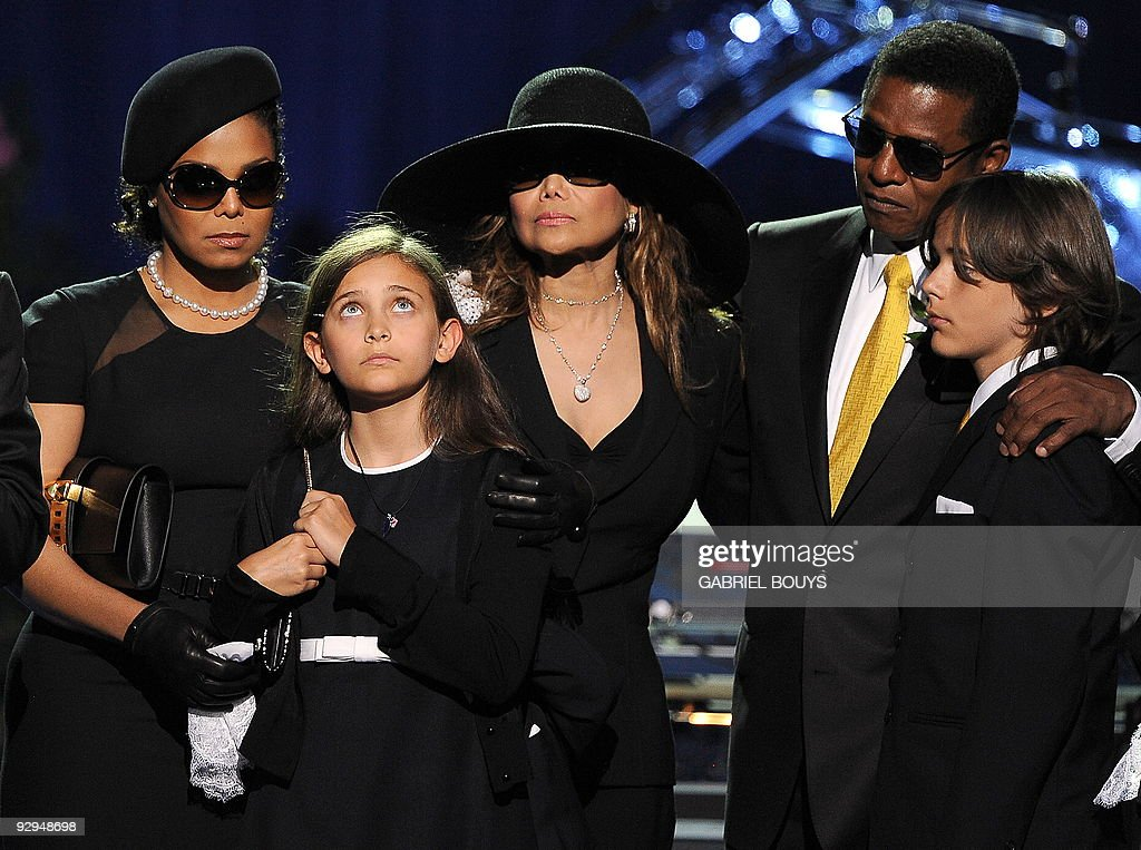 From left, Michael Jackson's sister Jane : News Photo