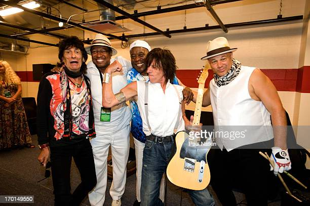 From left musicians Ron Wood unidentified Buddy Guy Jeff Beck and Narada Michael Walden pose backstage at Eric Clapton's Crossroads Guitar Festival...