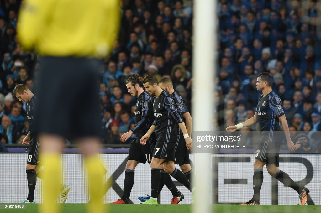 Real Madrid's German midfielder Toni Kroos, Real Madrid's Welsh forward Gareth Bale, Real Madrid's Portuguese forward Cristiano Ronaldo, Real Madrid's French forward Karim Benzema and Real Madrid's Portuguese defender Pepe celebrate a goal by teammate Real Madrid's defender Sergio Ramos during the UEFA Champions League football match SSC Napoli vs Real Madrid on March 7, 2017 at the San Paolo stadium in Naples. / AFP PHOTO / Filippo MONTEFORTE