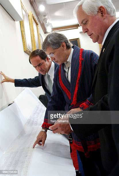 From left Rep Zach Wamp RTenn Chad Smith principal chief of the Cherokee Nation and Rep Lincoln Davis DTenn look at a reproduction of a petition of...