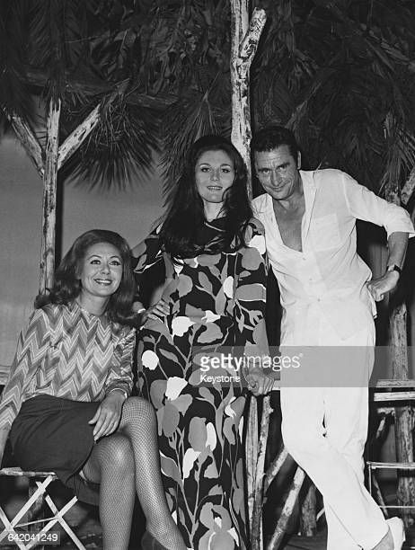From left to right actors Jacqueline Noëlle Claudia Morin and Robert Lamoureux on the set of the play 'Frédéric' at the Theatre Edouard VII in Paris...