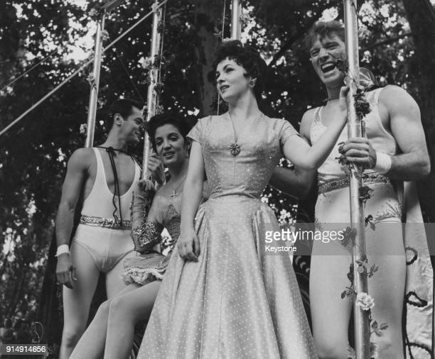 From left to right actors Tony Curtis Katy Jurado Gina Lollobrigida and Burt Lancaster the stars of the film 'Trapeze' take part in a parade through...