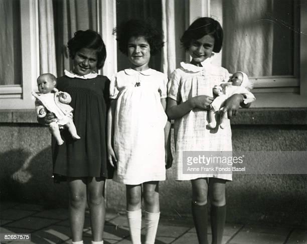From left to right Eva Goldberg Sanne Ledermann and Anne Frank in Merwedeplein Amsterdam 1936