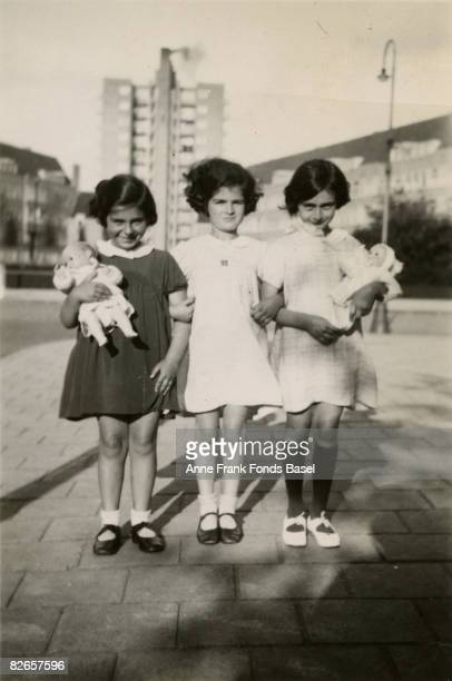 From left to right Eva Goldberg Sanne Ledermann and Anne Frank in Merwedeplein Amsterdam 1936