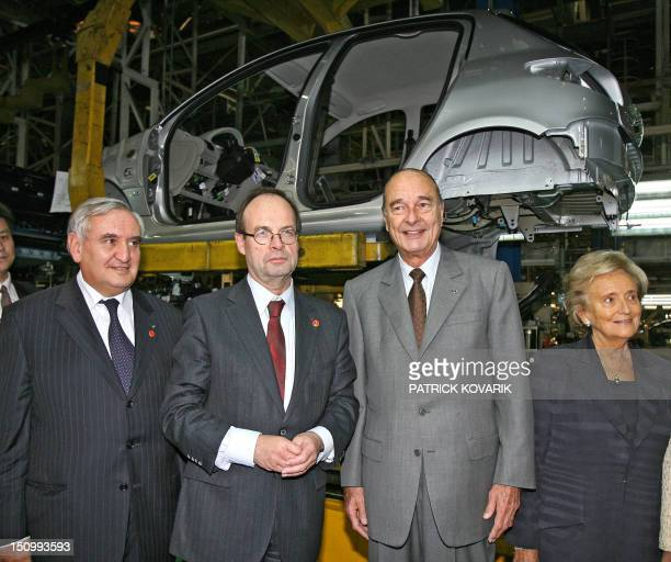 Former french prime minister JeanPierre Raffarin PeugeotCitroën chairman JeanMartin Folz French President Jacques Chirac and first lady Bernadette...