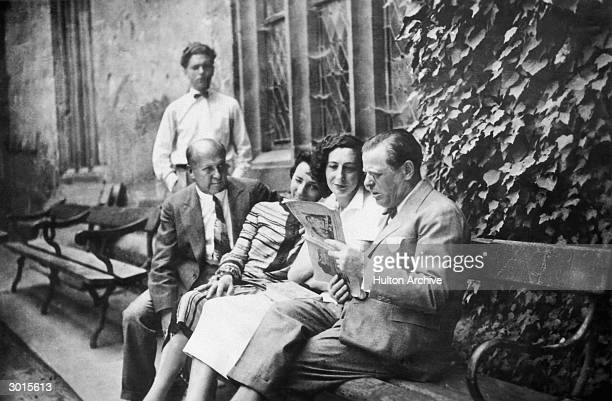 From left to right Jubelsky Vienneseborn German film director Leontine Sagan Fritta Brod and actor Max Pallenberg share a laugh over a magazine...