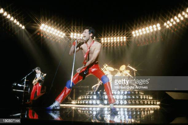 From left to right musicians John Deacon and Freddie Mercury of the British rock band Queen perform in concert at the Forum on July 9 1980 in...