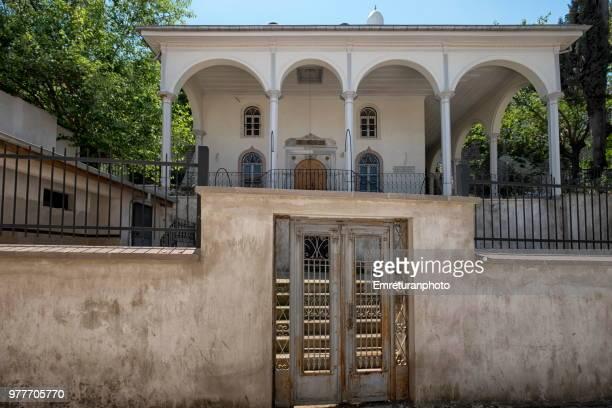 front door and facade of aliaga mosque at kemeralti , izmir. - emreturanphoto stockfoto's en -beelden