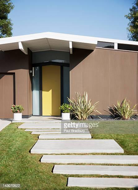 Tür und Gehwege des modernen Haus