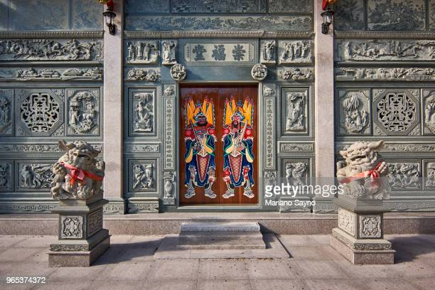 front door of a chinese temple with imperial lion guard - place of worship stock pictures, royalty-free photos & images