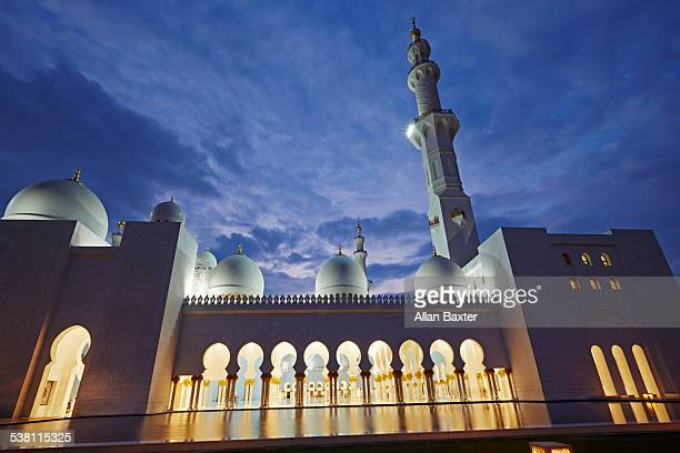 front facade of sheik zayed mosque - moschee stock-fotos und bilder