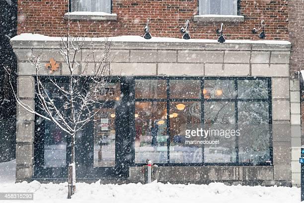 Vor einem store während Schnee in Montreal, Kanada, horizontale.