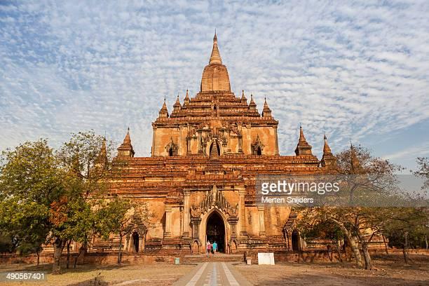 front of sulamani pahto temple - merten snijders - fotografias e filmes do acervo