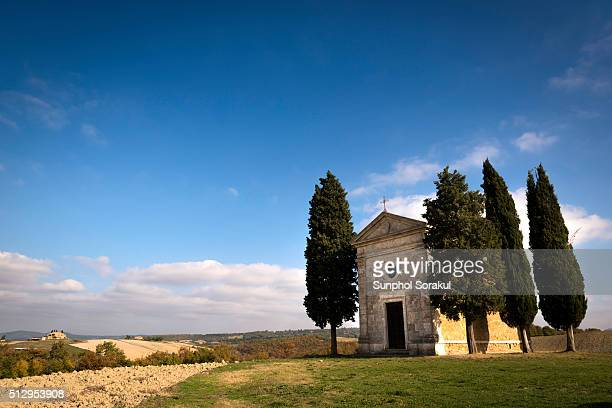 front of vitaleta chapel surrounded by cypress trees, val d'orcia - capella di vitaleta stock pictures, royalty-free photos & images