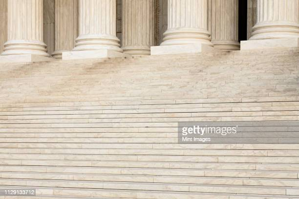 front steps and columns of the supreme court - política y gobierno fotografías e imágenes de stock