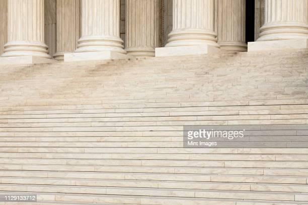 front steps and columns of the supreme court - politik und regierung stock-fotos und bilder