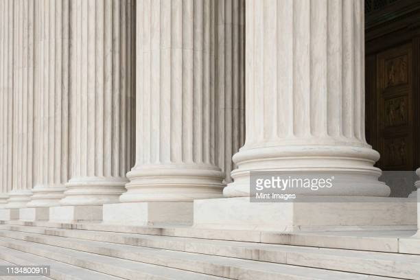 front steps and columns of the supreme court - regierung stock-fotos und bilder