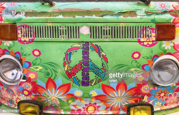 vue de face d'une mini-fourgonnette hippie - symbole de la paix photos et images de collection