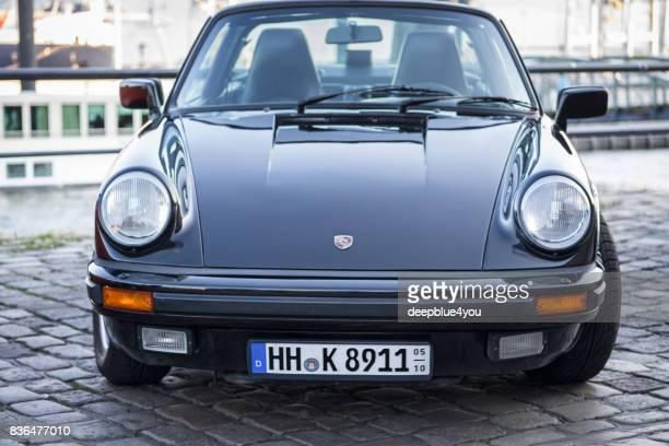 vista frontal de un porsche 911 durante el evento con magnus walker en el mercado de pescado hamburgo - porsche 911 descapotable fotografías e imágenes de stock