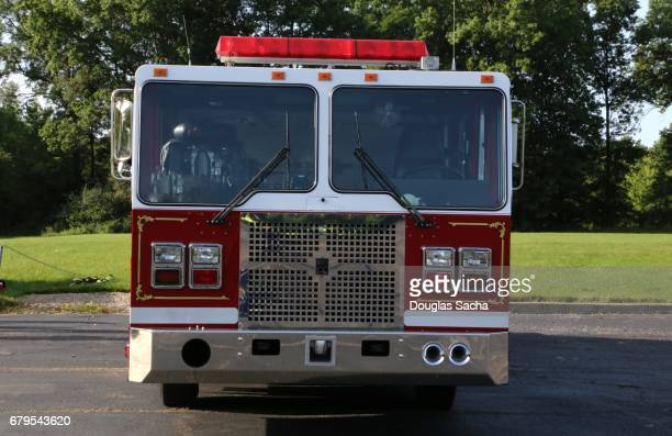 front view of a pumper type fire engine vehicle - carro de bombeiro - fotografias e filmes do acervo
