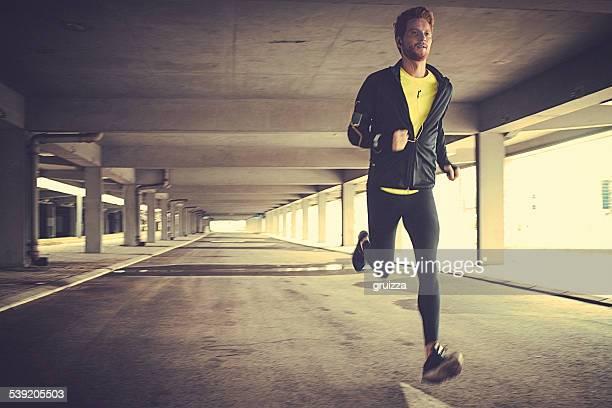 Vista frontal de un joven hombre corriendo fit