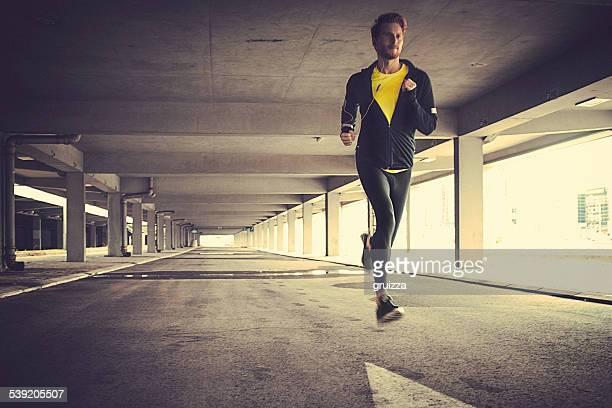 Vue de face du jeune homme coupe course