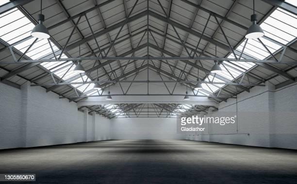 frontansicht eines leerstehenden großen lagerinnenraums - fotostock stock-fotos und bilder