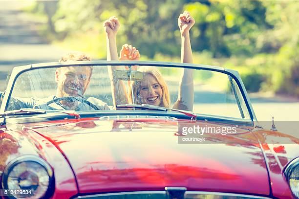 Vorderansicht des Paar in einem Cabrio Auto fahren.