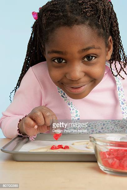 front view of girl garnishing food - accompagnement photos et images de collection