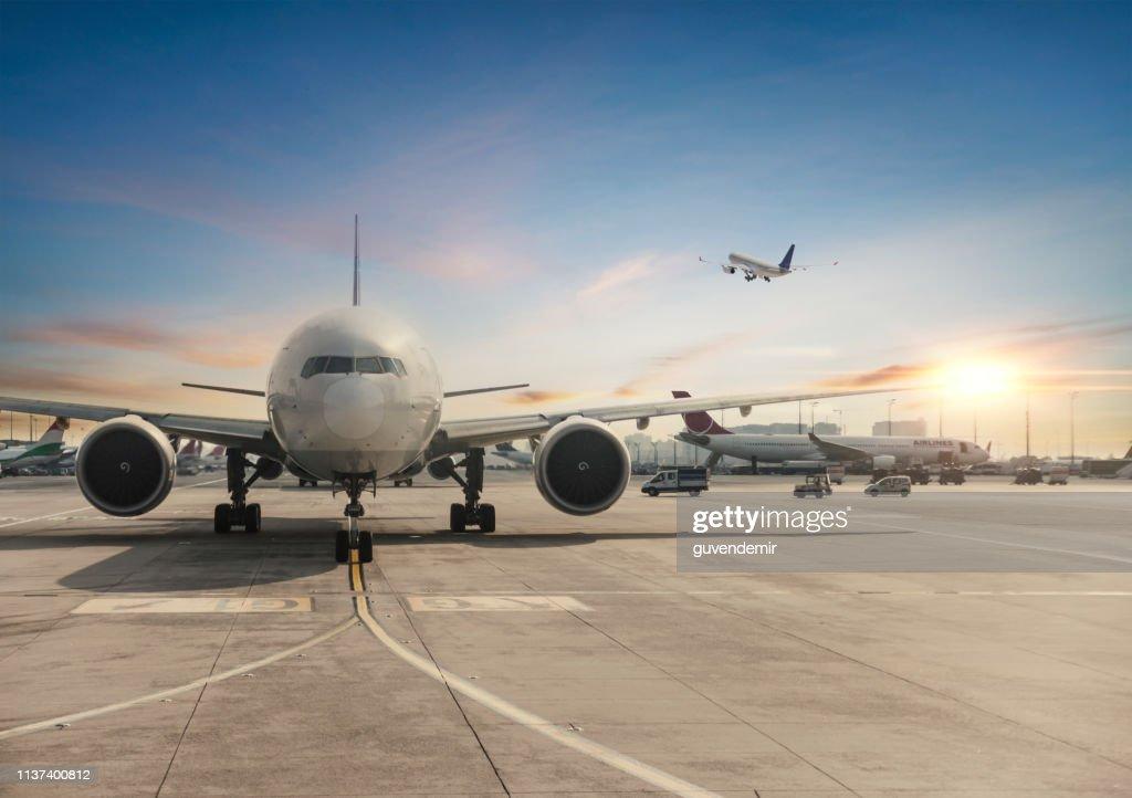 Vooraanzicht van geland vliegtuig in Istanbul International Airport : Stockfoto