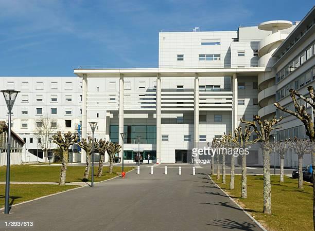 Vorderansicht des modernen Krankenhaus-Gebäude.
