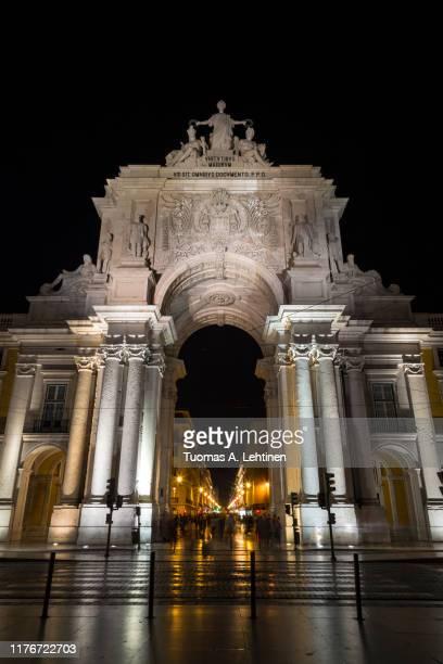 front view of the arco da rua augusta in lisbon at night - rua fotografías e imágenes de stock